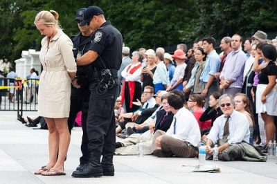 Activists opposing the tar sands pipeline are arrested outside the White House (Tar Sands Action / Flickr).