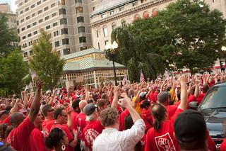 Striking Verizon workers (Paul Weiskel / Flickr)