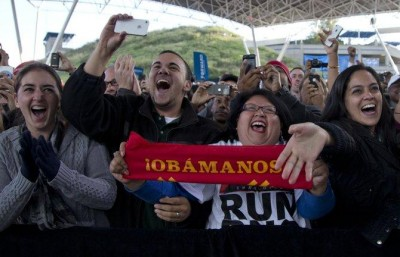 "An Obama supporter displays an ""Obamanos"" sign at a campaign rally in Wisconsin. Photo by Mundo Hispanico."