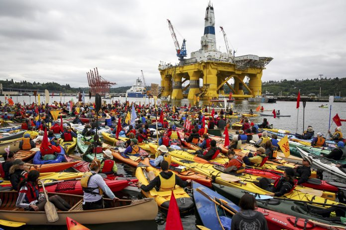 """Kayaktivists who opposed Royal Dutch Shell's plans to drill for oil in the Arctic Ocean at the """"Paddle in Seattle"""" protest. May 16, 2015. (Photo: Flickr / Backbone Campaign)"""